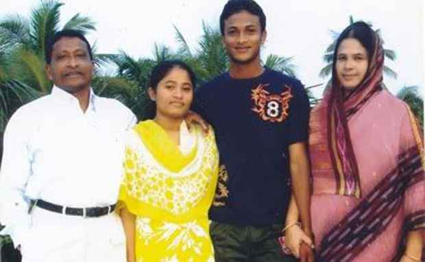 Shakib Al Hasan family photo with mother, father and sister